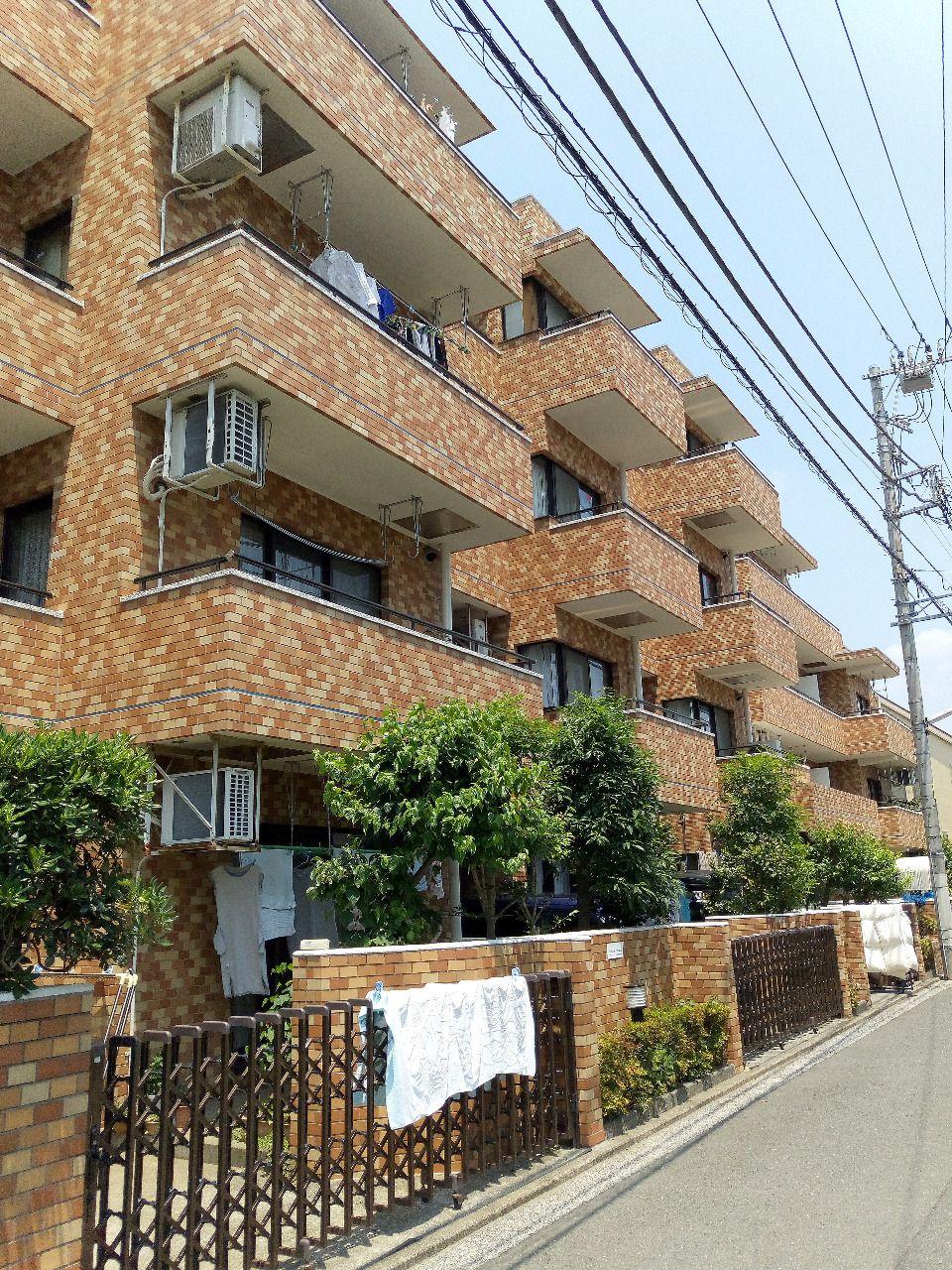 1階だけど、三鷹には珍しい駐車場付きのマンション。 外観