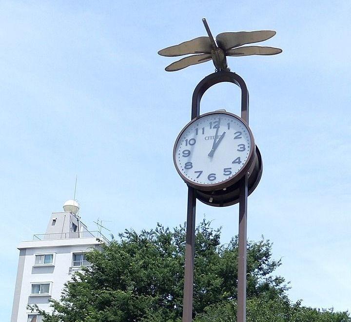 時計の上にトンボが停まります。三鷹駅南口