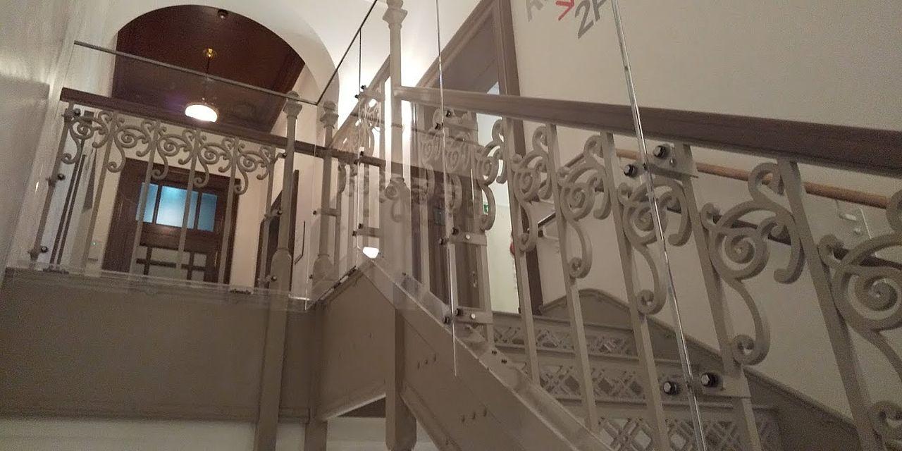この部分だけ階段が白いアイアンのなっています