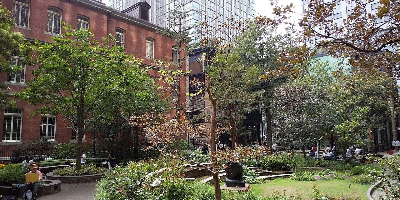 三菱一号館は緑あふれる中庭があります 緑の中でゆっくりとくつろげるように、椅子も多く設置されています