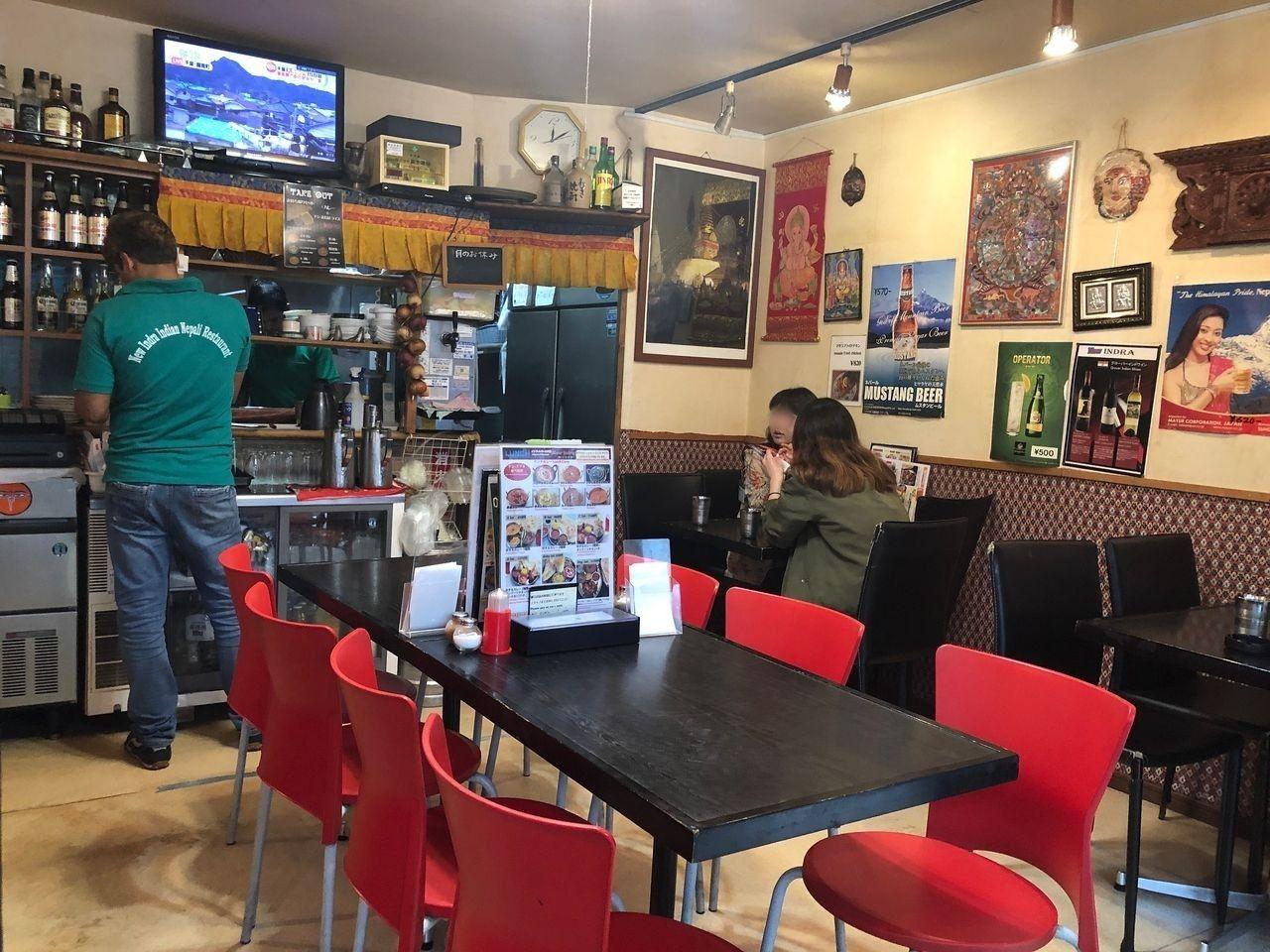 明るい店内、女性客が多い三鷹インドラ