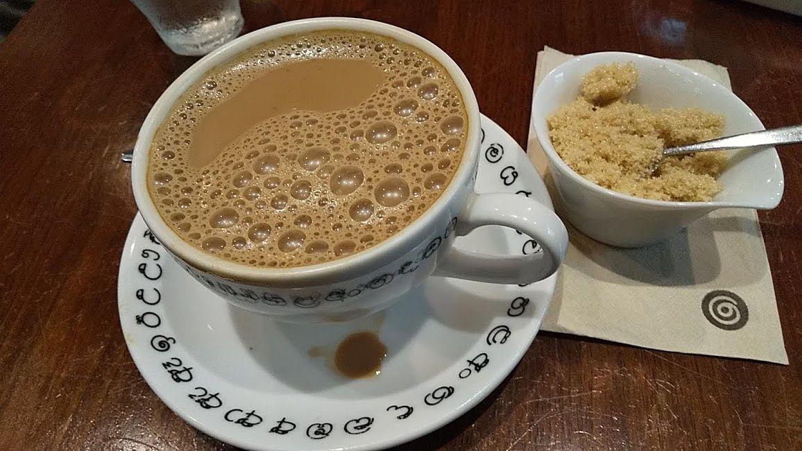 煮出し紅茶のホットは三温糖を入れます。吉祥寺チャイブレイク