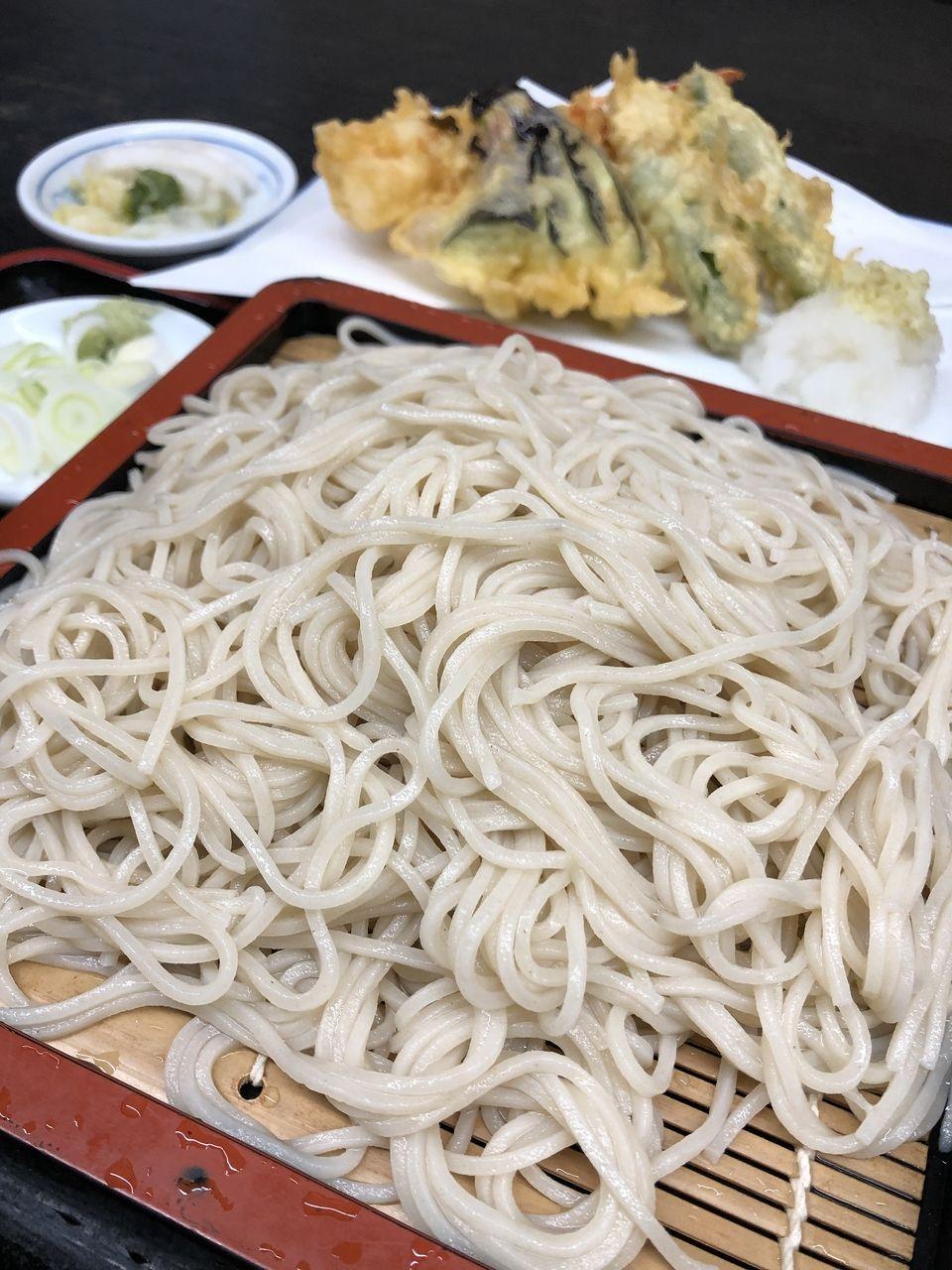 海老、茄子、カボチャ、獅子唐(2本)の天ぷら。吉祥寺「更科」の970円の天もりそばに大満足