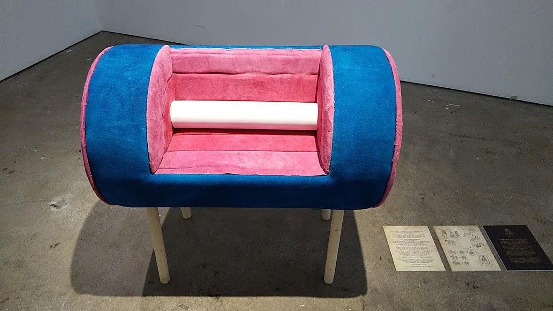 目立つ色彩だけど、椅子だよね・・