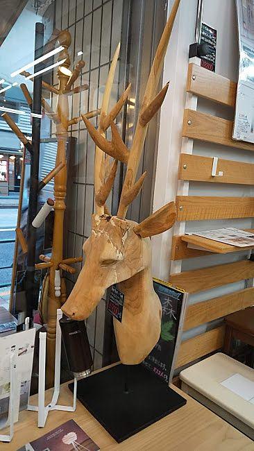 木製の鹿の飾りは面白いですよね
