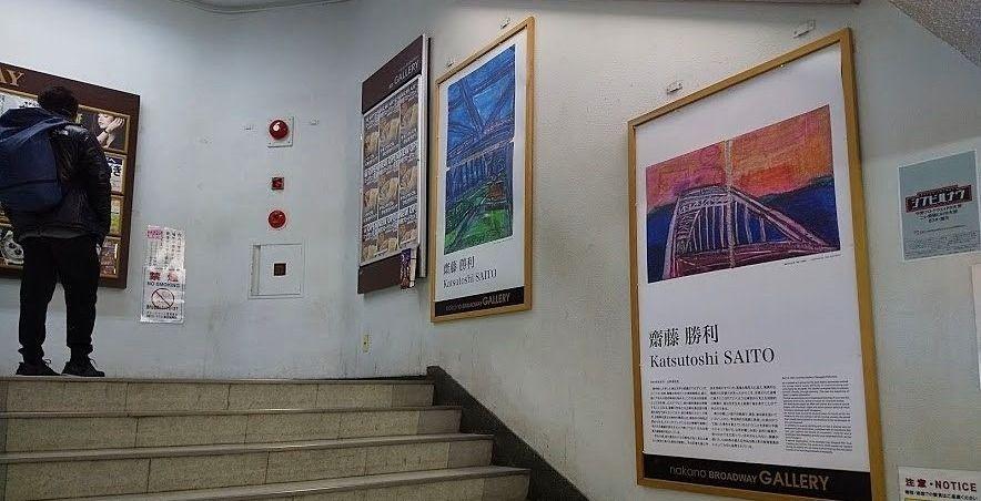 階段にそれぞれの作品が展示されています
