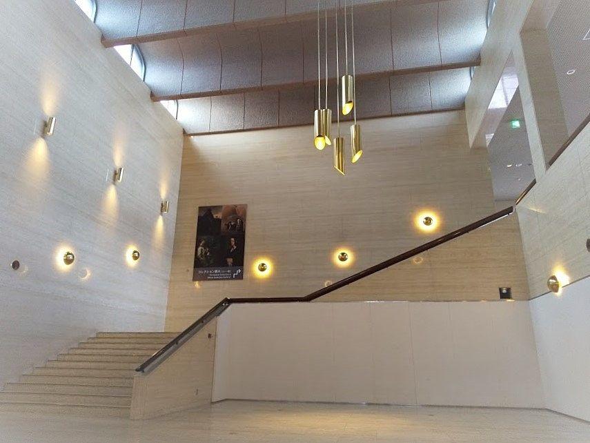 山梨県立美術館のロビー