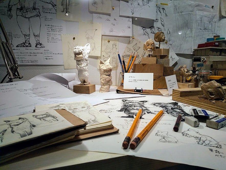 壁にはイラストやスケジュール表が展示