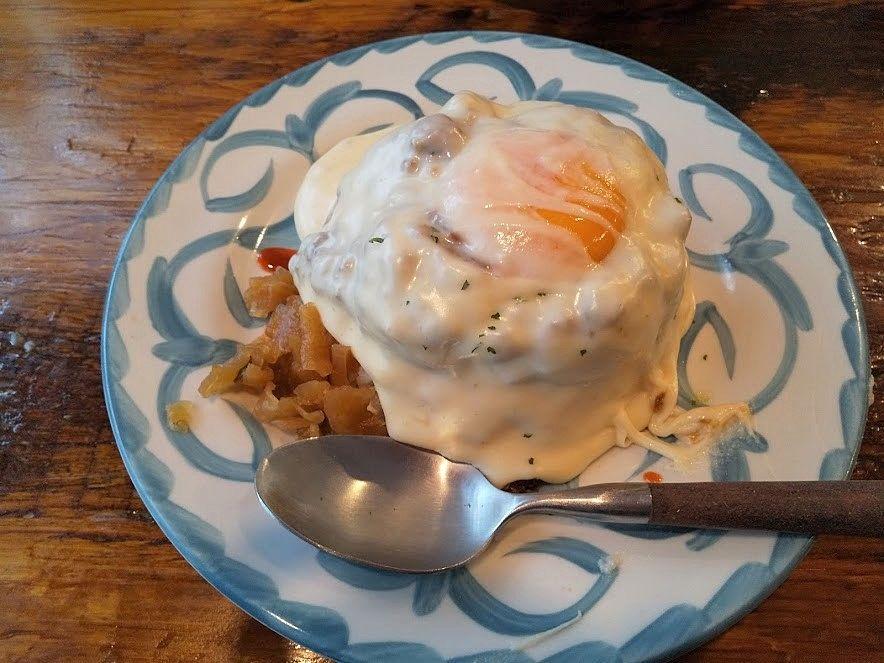 モンタナチーズカレーは1300円 ドライカレーの上にホワイトソースとチーズ、卵がのつています