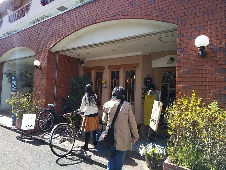 ベビーカーや自転車は店先に停めれます