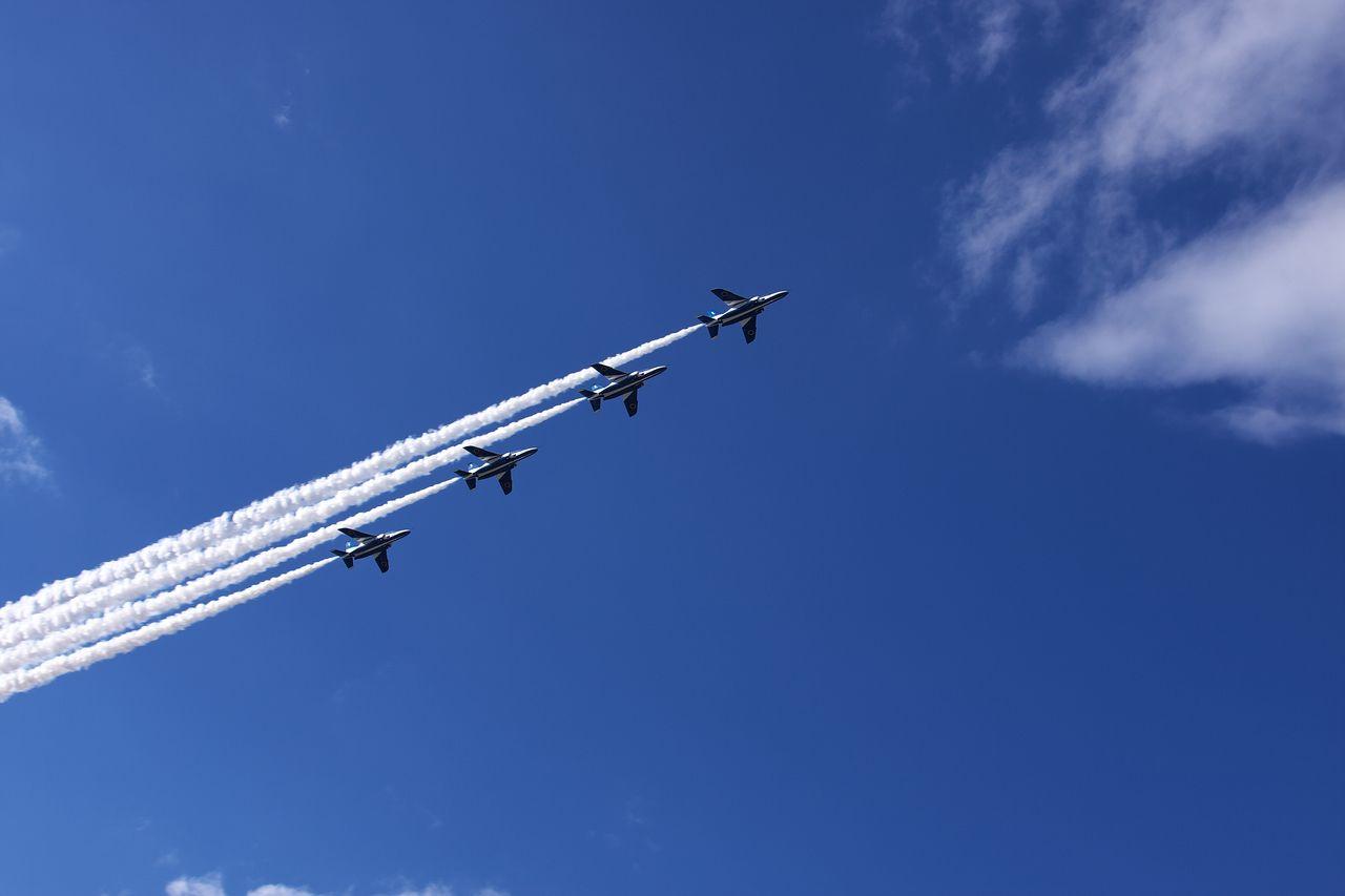 今日は真っ青な空にブルーインパルスが飛びました