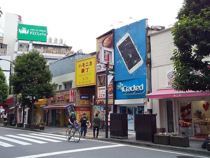 吉祥寺の平和通りは駅を出てすぐです
