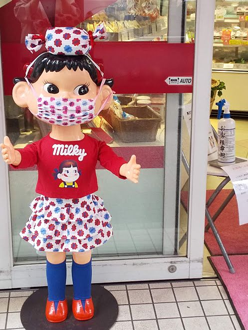 吉祥寺のペコちゃんもちゃんとマスクしています!