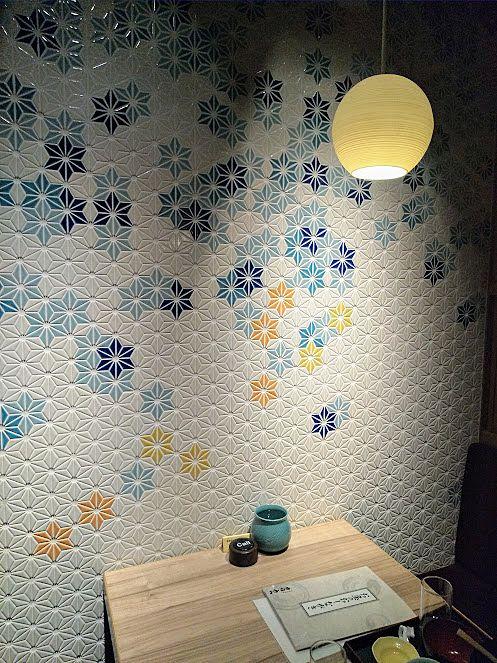 鮮やかな陶器の壁紙が素敵な鳥良の個室