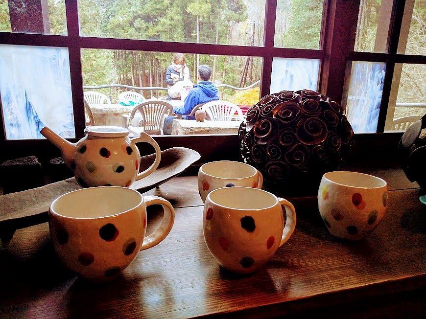 窓にも陶芸作品などが展示販売「山猫軒」