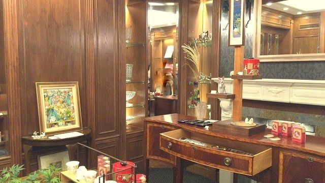 紅茶専門店の吉祥寺カレルチャペックは店内奥に素敵な陶器の展示もあります