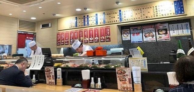 「すし三崎丸」はもちろん寿司職人が握ります