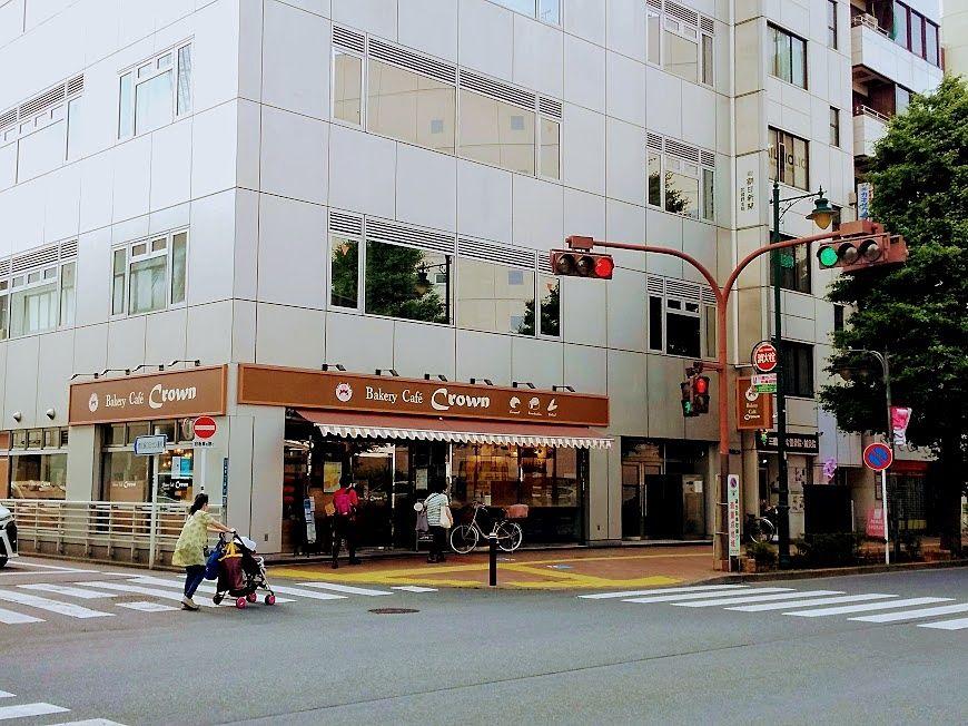 三鷹駅北口の最初の交差点にあります「クラウン」