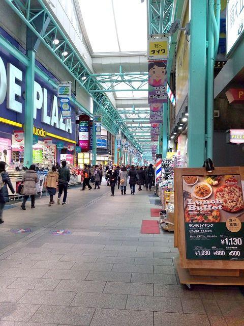 JR中央線吉祥寺駅、サンロードは春休みは学生で一杯です