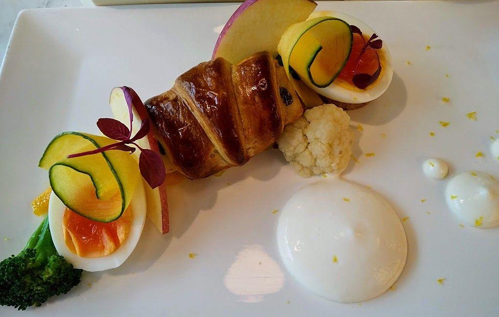 スズキのクロワッサン包み焼、トマトのブラマンジェソース1595円