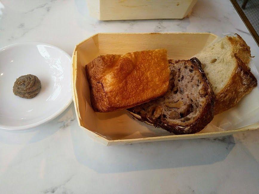 ランチのパン、お替り自由です