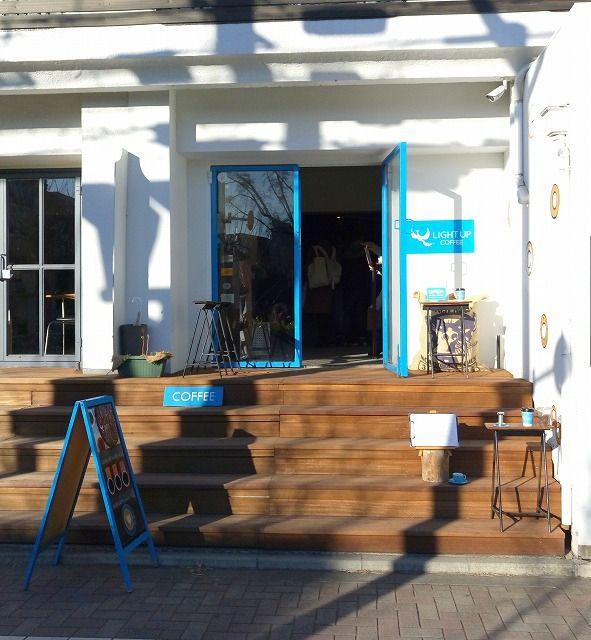 吉祥寺中道通りにある自家焙煎珈琲店。青と白の爽やかなイメージカラー