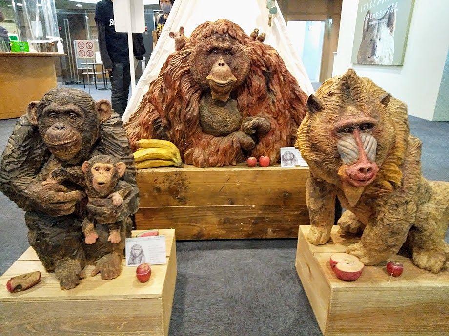 チンパンジー、マンドリル、オラウータンの彫刻も丁寧に作られています