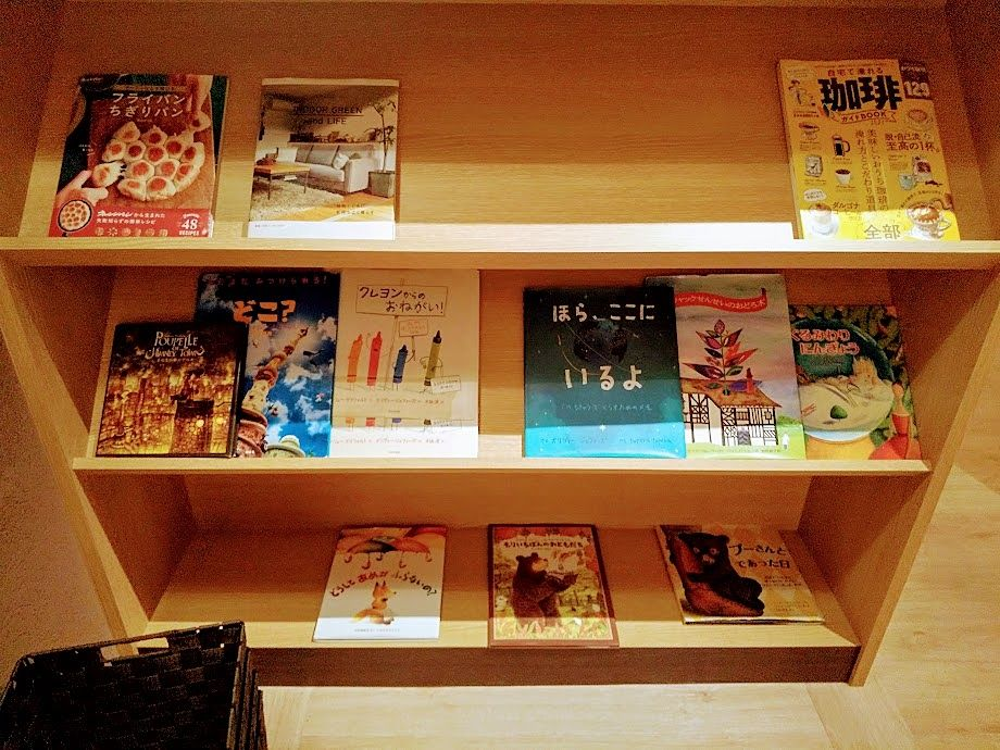 むさしの森珈琲武蔵野西久保店 絵本や雑誌のコーナー