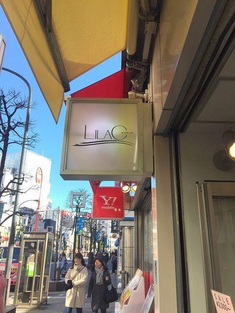 吉祥寺のパルコの前には年配向けのファッションショップがあり、人気です。ライラック