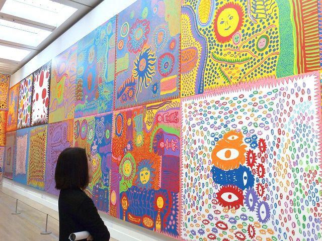 六本木の国立新美術館で開催。3日に1枚のスペースで絵画を描く草間彌生