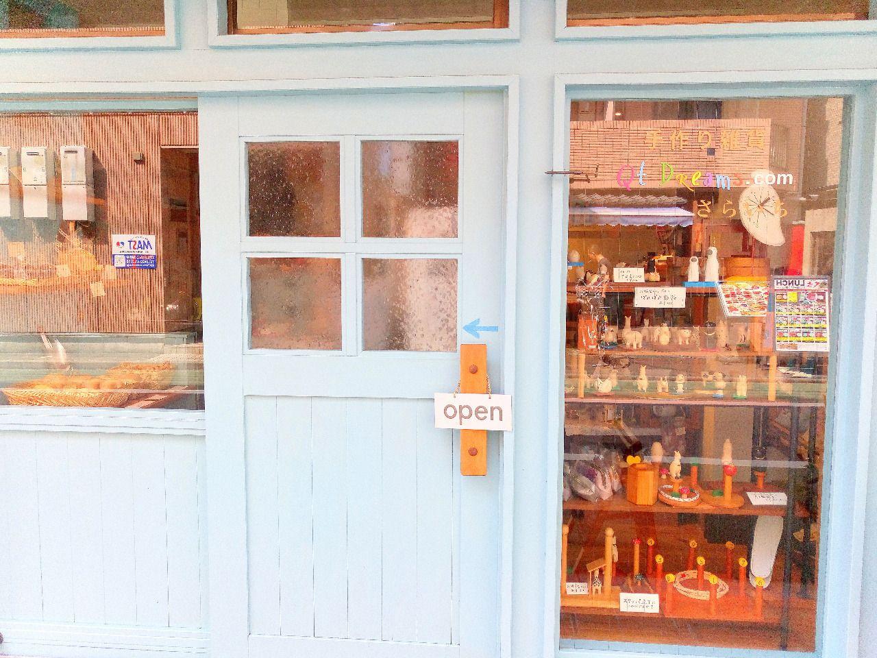 手作り雑貨、パンなどの販売もあるカフェ