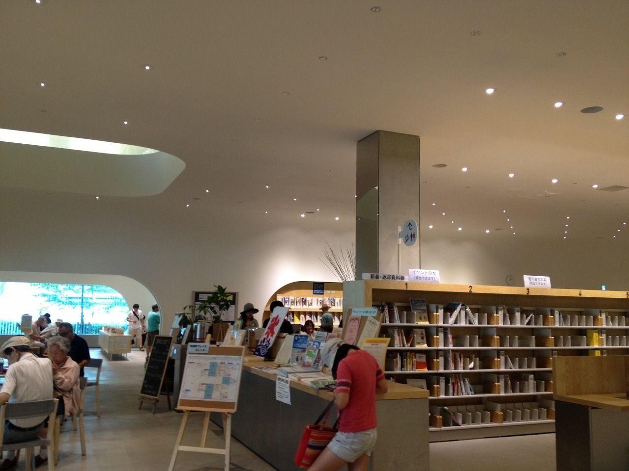 カフェも併設した図書館、武蔵野プレイス武蔵野プレイス