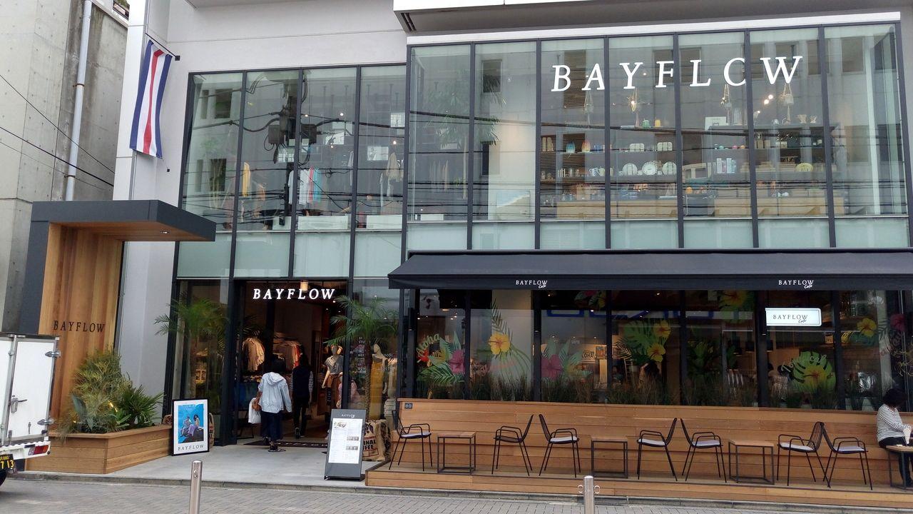 カフェ、洋服、ヨガが楽しめるアミューズメントのような建物BAYFLOW
