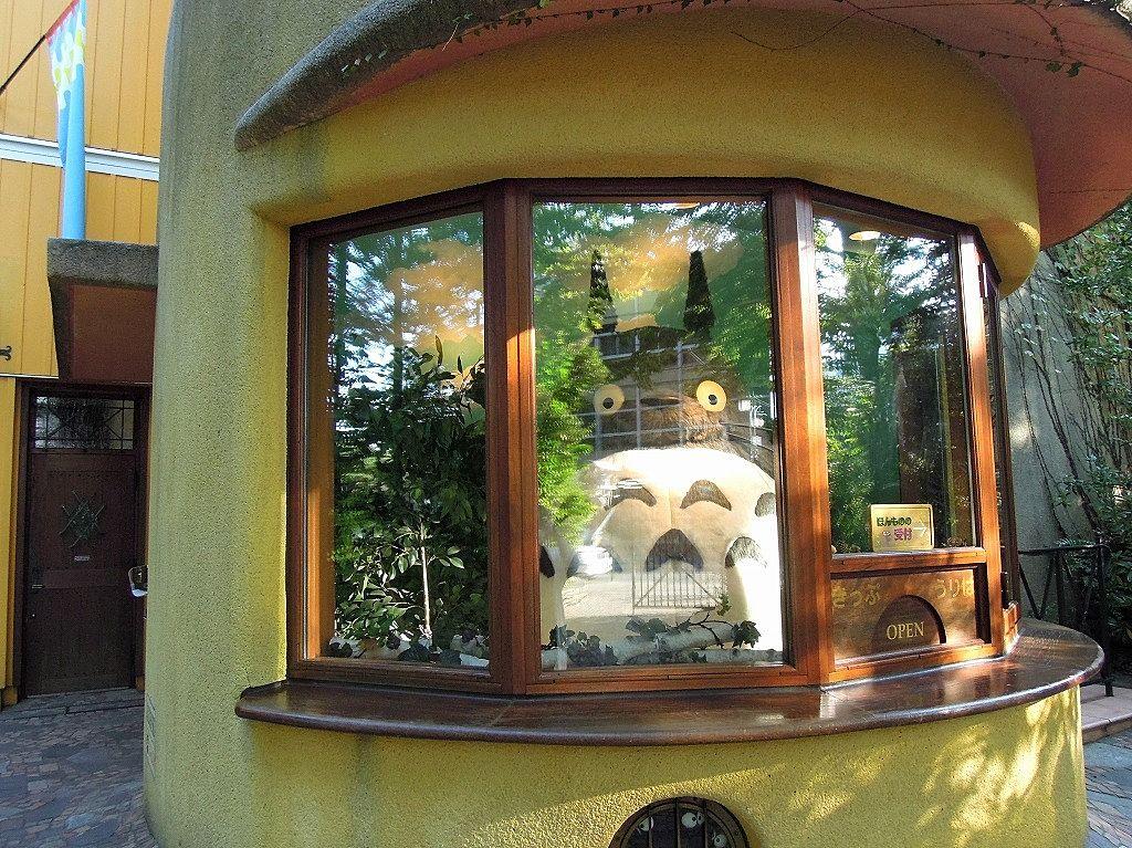 三鷹の森ジブリ美術館のチケットは予約制です。トトロが入り口で待っています